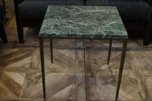 Table basse en fer forgé martelé et marbre vert des Alpes